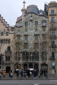 Once I ate the energy-packed breakfast I rushed out to start exploring the city. This is the first building I stumbled upon and man I loved it! Casa Batillo. It's a beautiful bulding with amazing details. I thought that Gaudi's work is kitchy but I was wrong. So wrong!