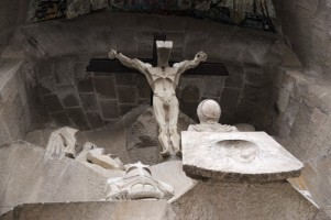 I first thought that this scupture of Jesus was unfinished. But it's just a symbolic face of God.